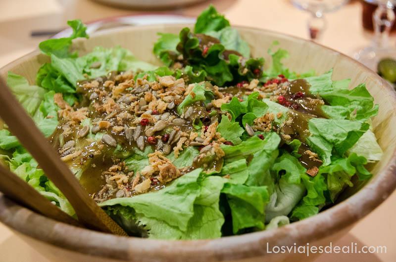 ensalada de lechuga verde con pipas