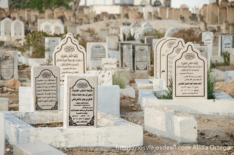 lápidas de cementerio con inscripciones musulmanas hechas en piedra blanca
