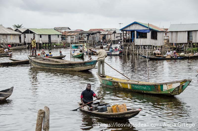 """barcas yendo y viniendo en la """"plaza"""" acuática de ganvie"""