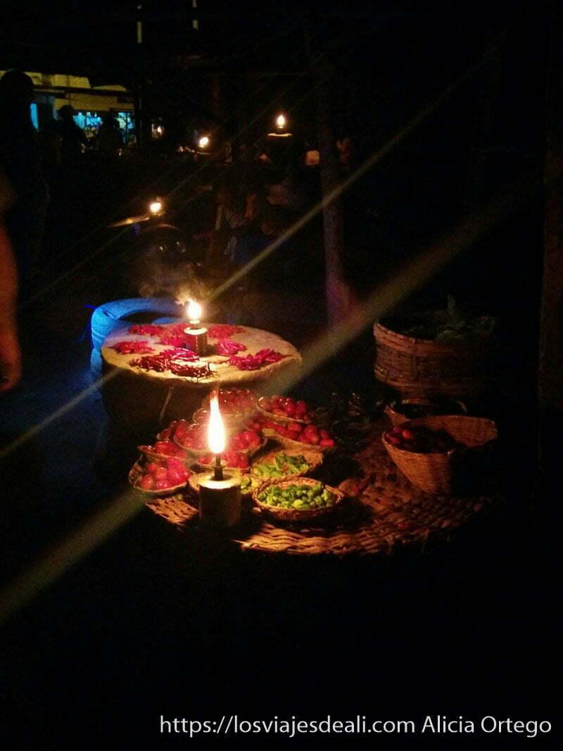 puesto de verduras a la luz de las velas en el mercado de las ánimas de abomey