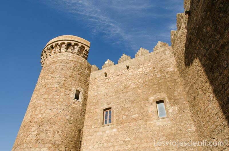 torre y murallas del castillo de belmonte bajo cielo azul