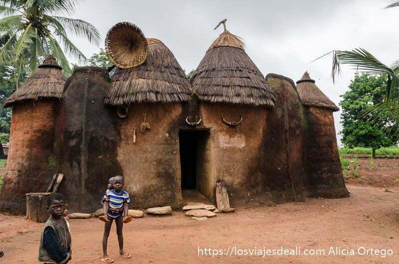 varios niños pequeños delante de una casa somba tribus de benin