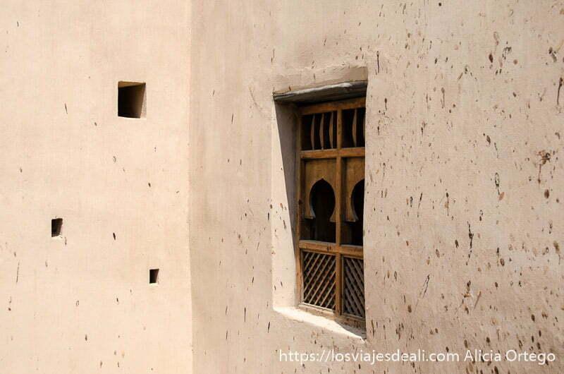 ventana con celosías de madera en forma de arco en muro de adobe fuerte de tahaq visitas que hacer cerca de salalah