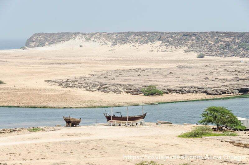 dos dhows o barcos tradicionales a medio construir en la orilla junto al río visitas que hacer cerca de salalah