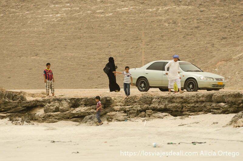 familia omaní con cinco hijos llegando a la playa para hacer picnic visitas que hacer cerca de salalah