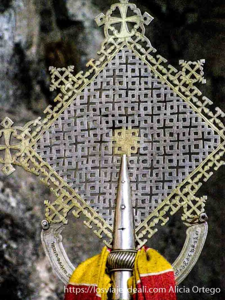 cruz de axum con forma de rombo y es de metal