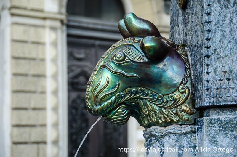 fuente con cabeza de toro en bronce qué ver en pécs