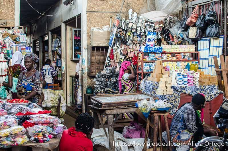 mercado lleno de mercancías y puestos ruta en benin