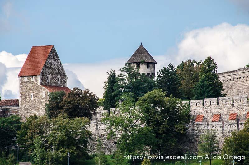 muralla con almenas y torres en la colina guía del budapest monumental
