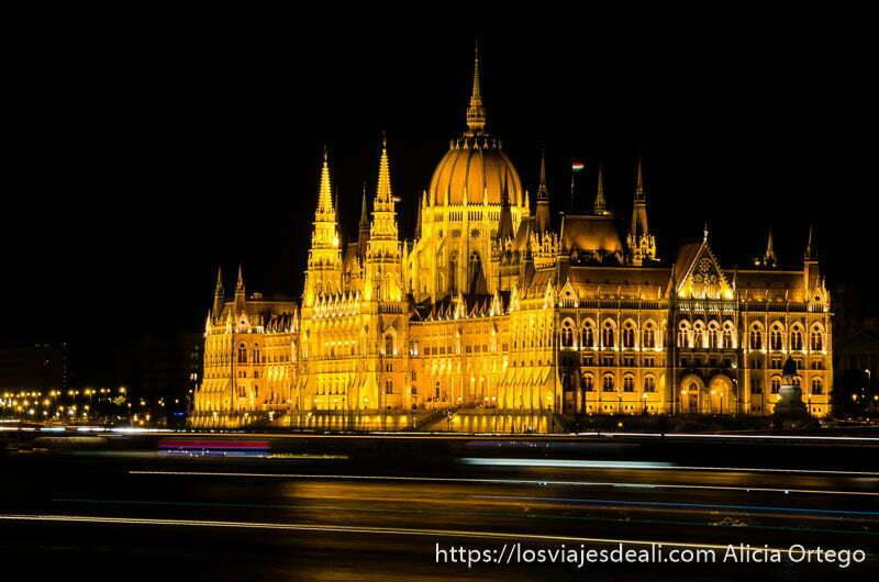 parlamento de budapest iluminado por la noche con luces amarillas guía del budapest monumental