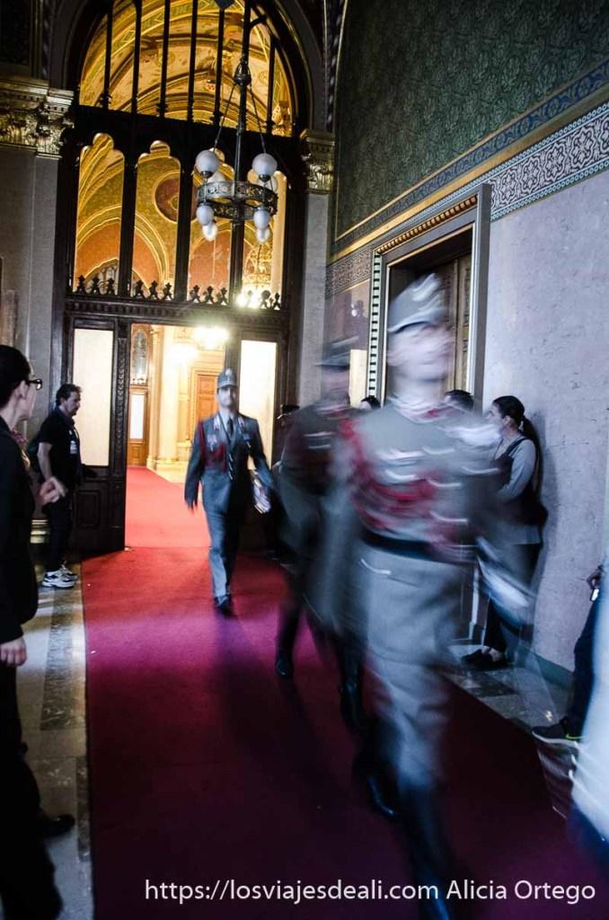 soldados pasando por el pasillo hacia el cambio de guardia en el parlamento de budapest