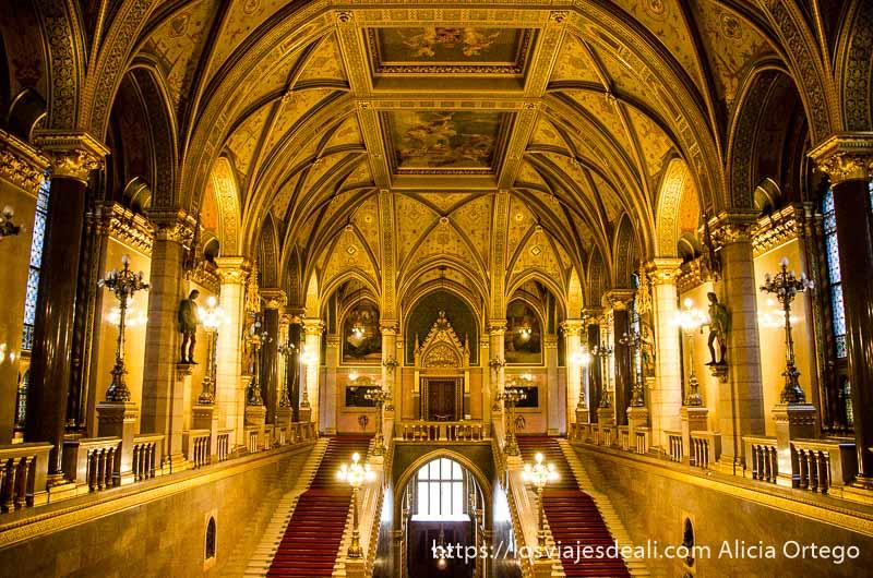 escaleras monumentales con muchos dorados en el parlamento guía del budapest monumental