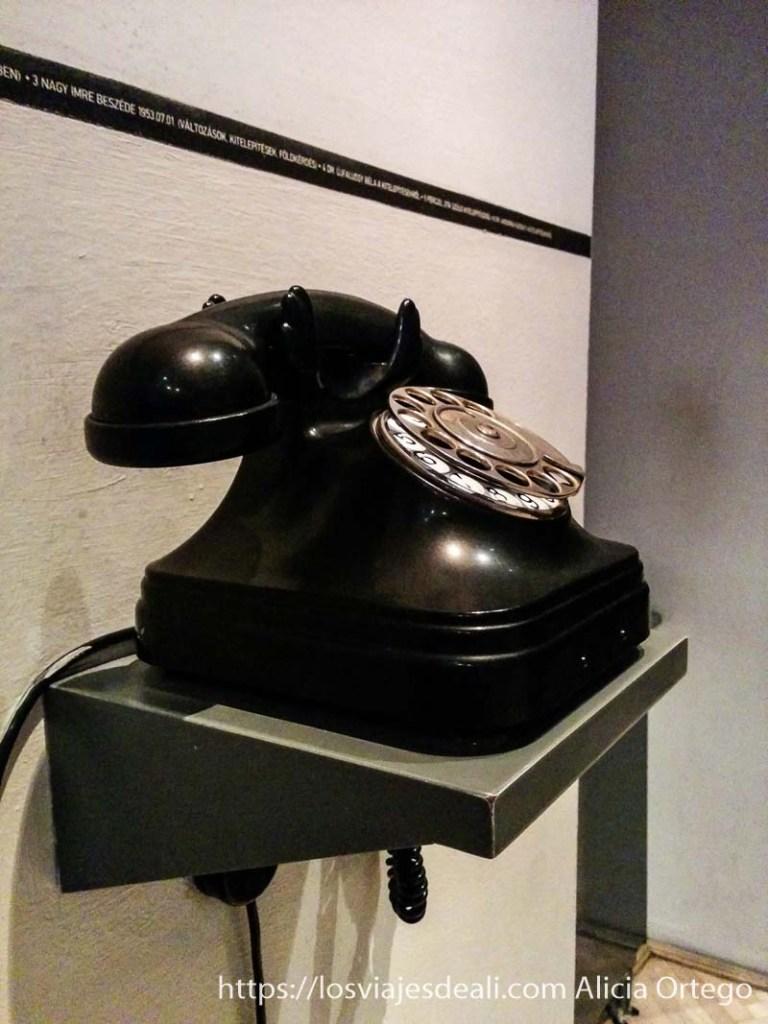 teléfono negro clásico en un pasillo de la casa del terror de budapest