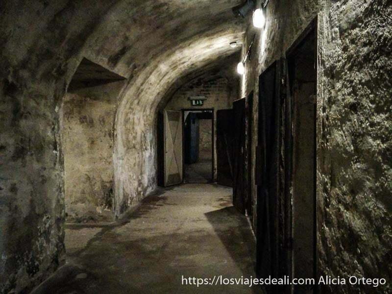 galerías abovedadas de los sótanos de la casa del terror donde estaban las celdas pasado comunista de budapest