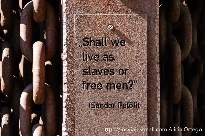 """monumento de cadenas en budapest con frase que dice """"shall we live as slaves or free men? pasado comunista de budapest"""