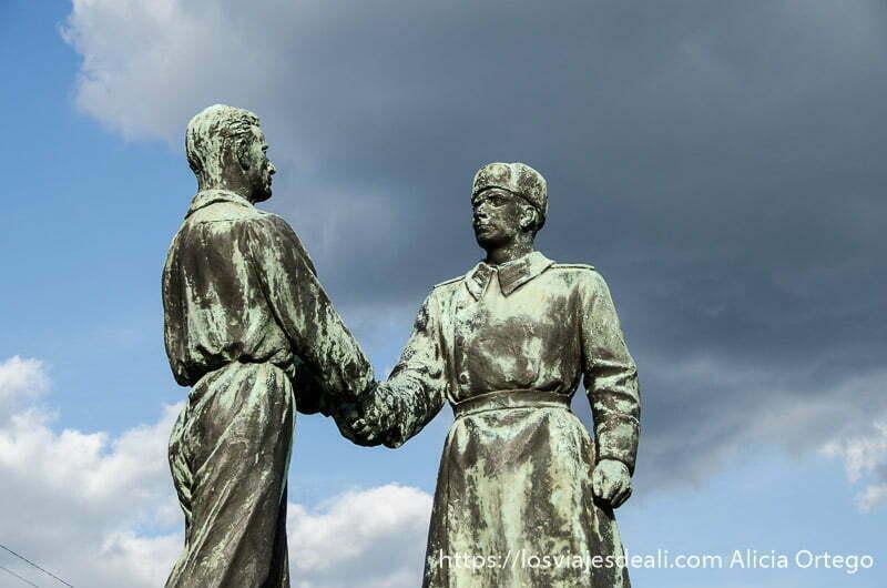 estatuas enormes de bronce de un soldado comunista estrechando la mano a un trabajador pasado comunista de budapest