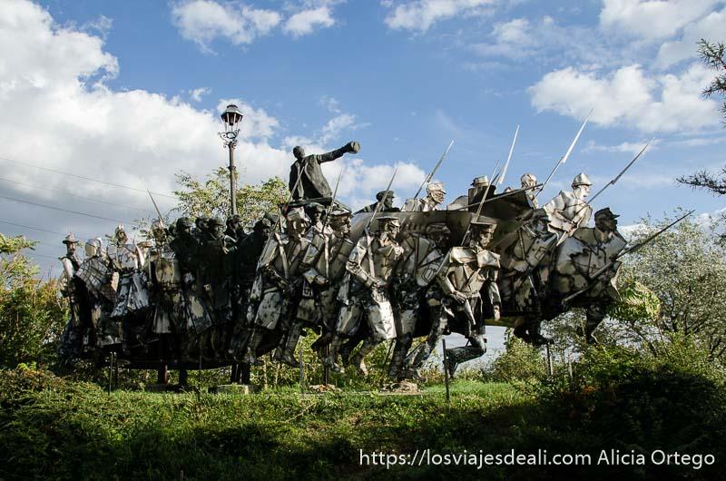 escultura de un montón de hombres marchando por la revolución pasado comunista de budapest