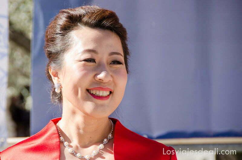mujer china vestida de rojo sonriente en el año nuevo chino en madrid