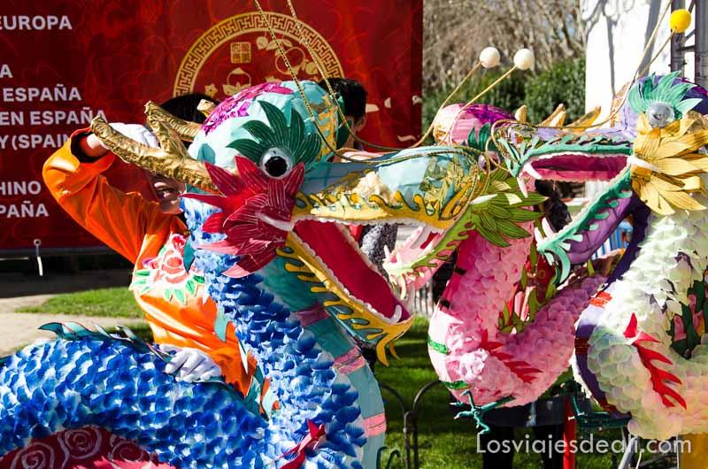 dragón de vivos colores en el año nuevo chino en madrid