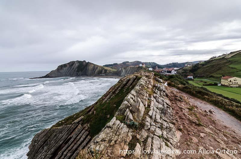vista de la costa del flysch con zumaia al fondo