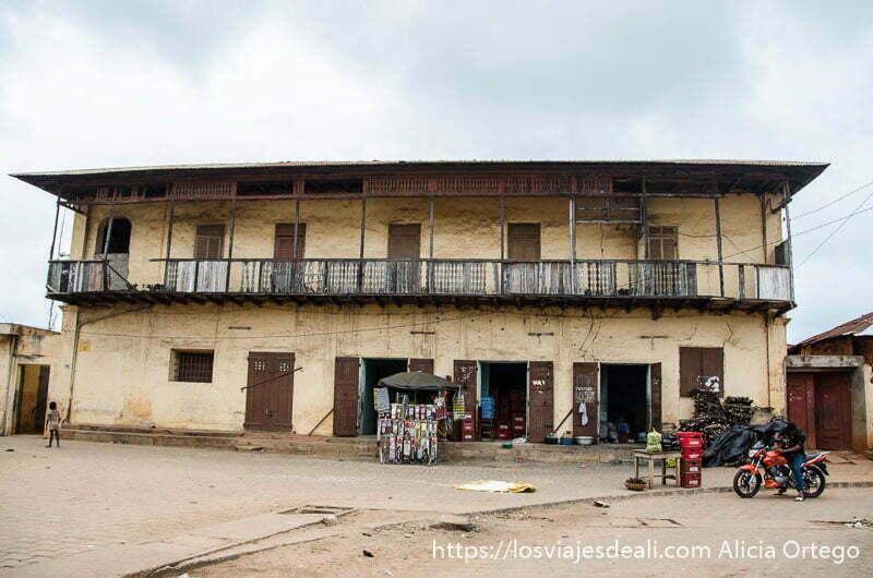 casa colonial de dos pisos con balconada en una calle de ouidah historia de la esclavitud en benin