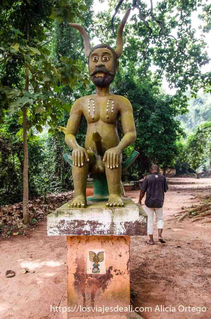 escultura de dios con un gran pene en el bosque sagrado de ouidah benin