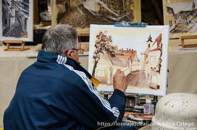 artista pintando acuarela en una calle de szentendre