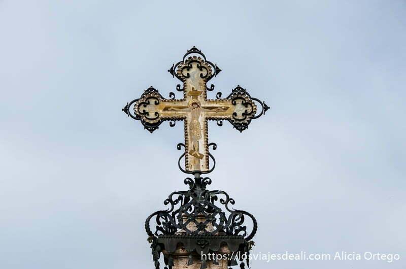 cruz del mercader de szentendre con cristo en el centro