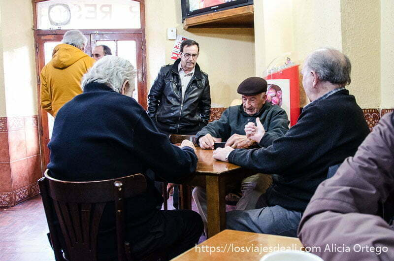 cuatro hombres jugando partida de cartas en el bar en sepúlveda