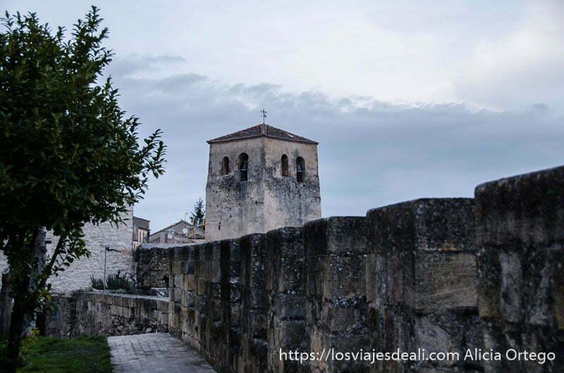 torre de iglesia y muralla en sepúlveda
