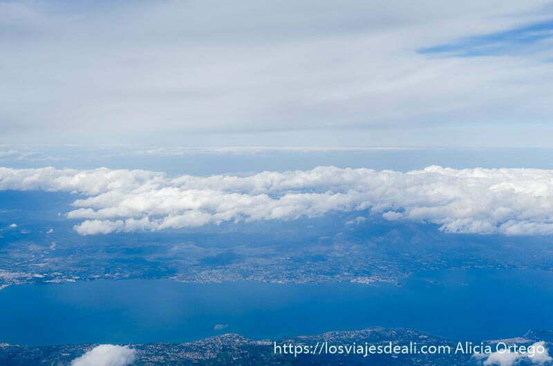 vista desde ventanilla del avión montañas con nubes