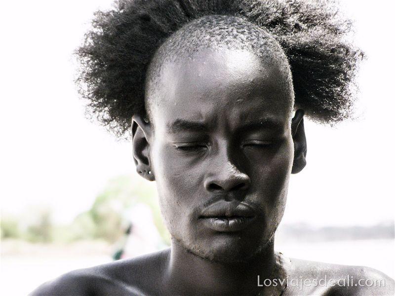 hombre de tribu hamer con los ojos cerrados seleccionar tus fotos de viaje