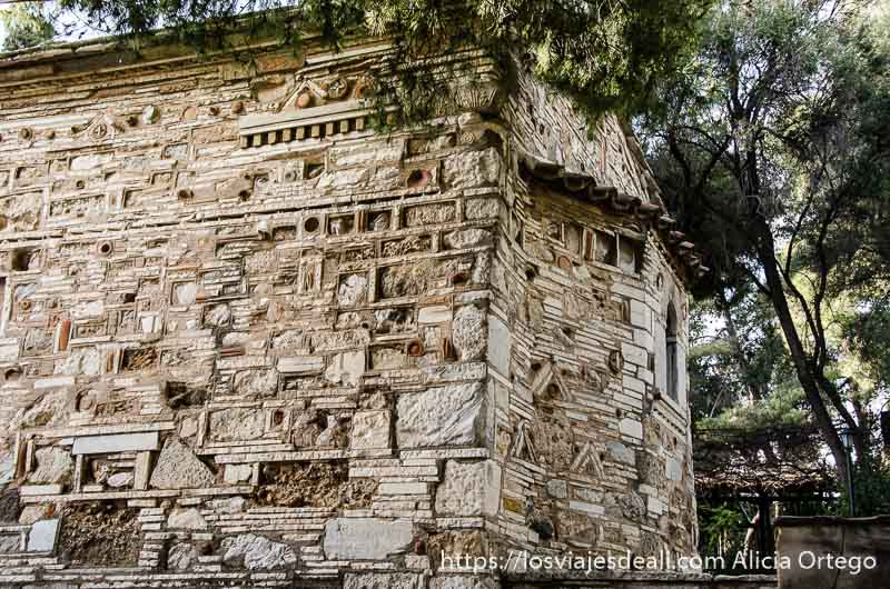 muros de iglesia hechos con piedra, ladrillos, tejas y trozos de cerámica cerca de la Acrópolis de Atenas y su museo