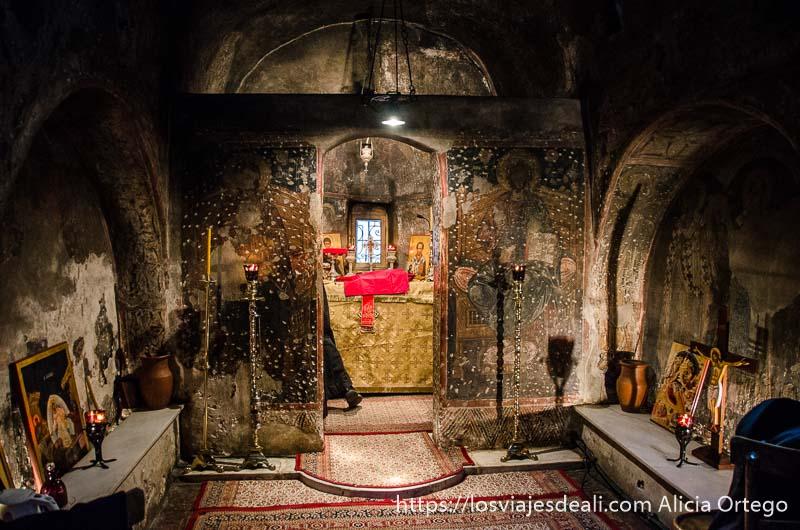 altar de capilla ortodoxa iluminado con velas cerca de la Acrópolis de atenas y su museo