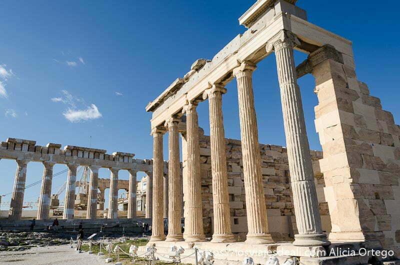 parte trasera del erecteion con columnas acrópolis de atenas y su museo