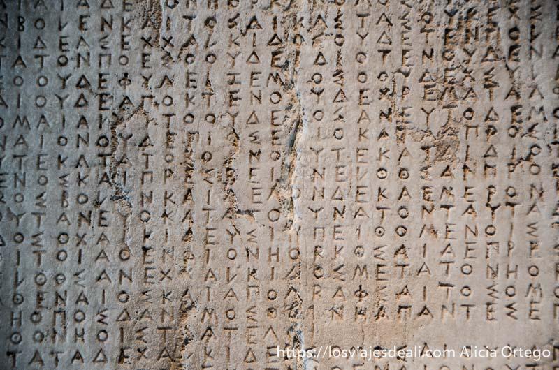 placa de mármol llena de escritura griega acrópolis de atenas y su museo