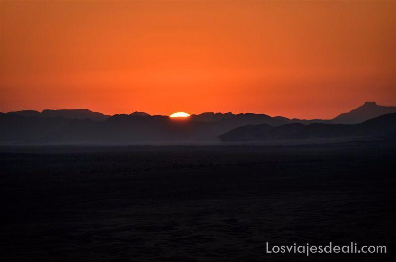 el sol se oculta tras las montañas en el desierto de Namib