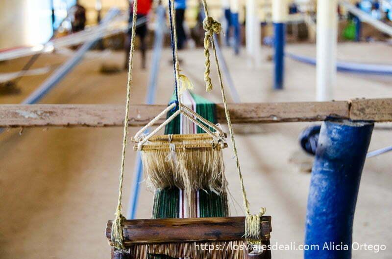 vista de telares desde puesto de tejedor en bafiló ruta por el interior de togo
