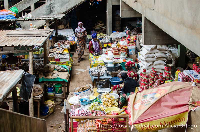 mercado de sokodé lleno de puestos desde piso superior ruta por  el interior de togo