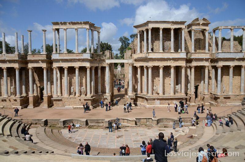 vista frontal del teatro en la visita al anfiteatro y teatro romanos de Mérida