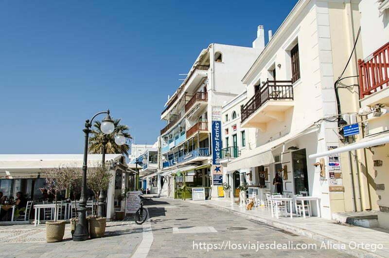 puerto de la capital de naxos lleno de restaurantes