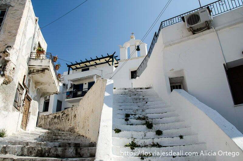 escaleras que suben a iglesia blanca en la capital de naxos