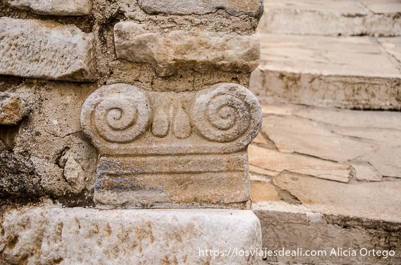 capitel de columna griega con volutas en una escalera de piedra de la capital de naxos