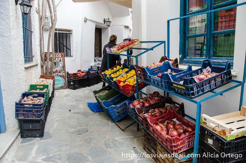 frutería con mercancías en una calle estrecha de la capital de naxos