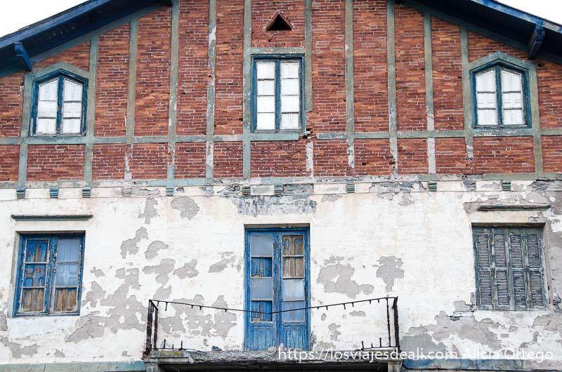 fachada de lonja antigua del puerto qué ver en getaria y alrededores