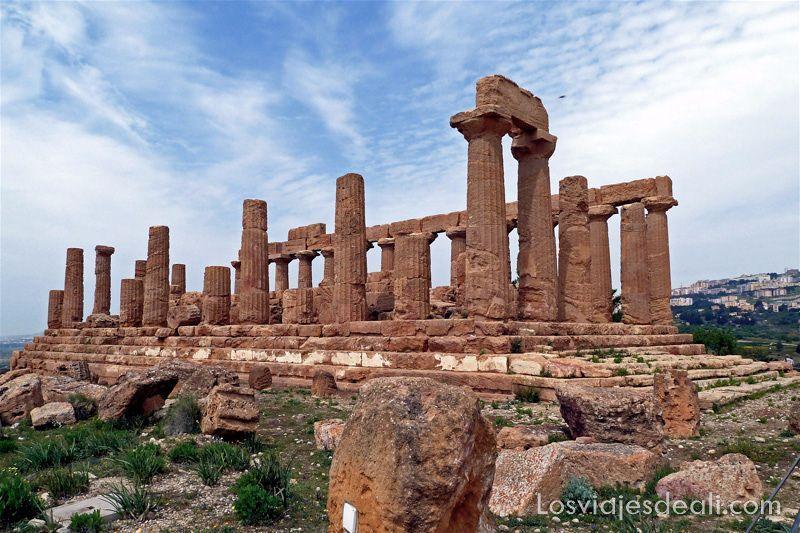 templo de Agrigento con columnas y escaleras alrededor