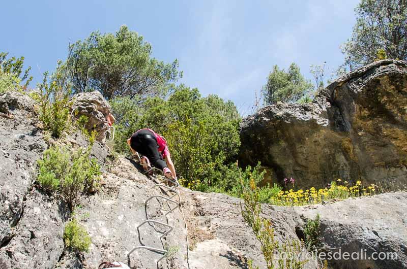 subiendo el último repecho de escalones en la roca en vía ferrata de cuenca