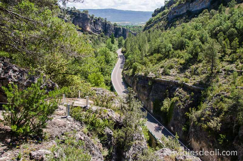 vista del cañón de roca y bosque con la carretera que la atraviesa fin de semana de actividades en cuenca
