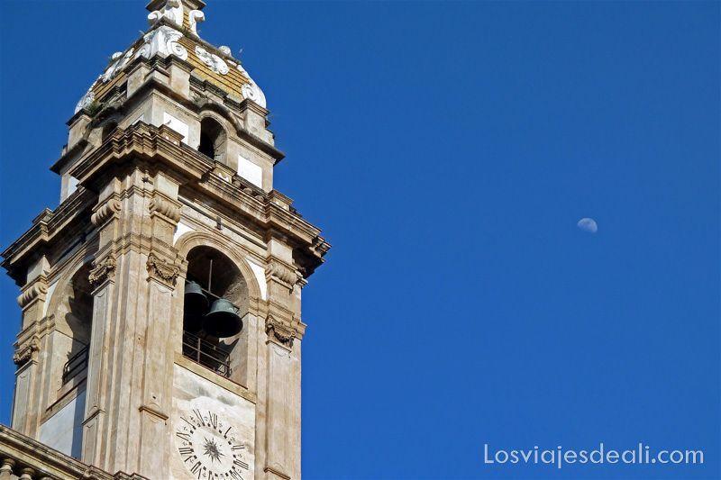 campanario con luna en el cielo iglesias y mercados de Palermo
