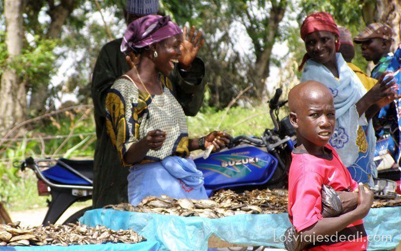 mujeres riéndose en sus puestos de pescado ahumado mercados del mundo